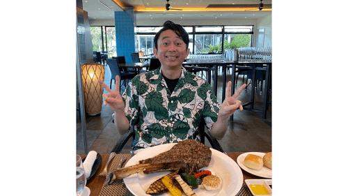 ザ・グリルで肉を食べる有吉弘行