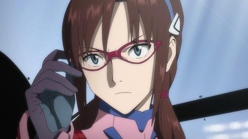 眼鏡をかけ直す真希波マリ