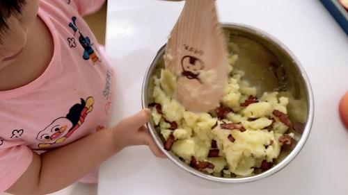 福原愛の子供あいらちゃんがポテトサラダ作りに挑戦
